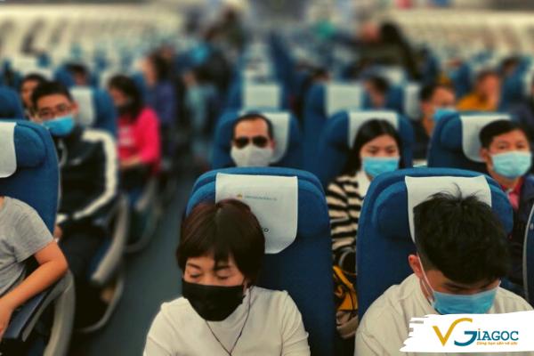 Hành khách đến sân bay phải đeo khẩu trang để phòng tránh dịch Covid-19