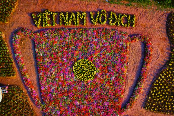 Độc đáo chiếc cúp làm từ ngàn bông hoa cổ vũ Việt Nam vô địch Asian Cup