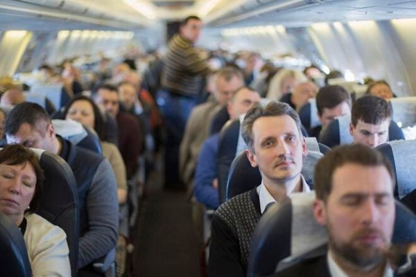 Khi hạ cánh, tại sao hành khách phải chờ lâu mới được rời máy bay