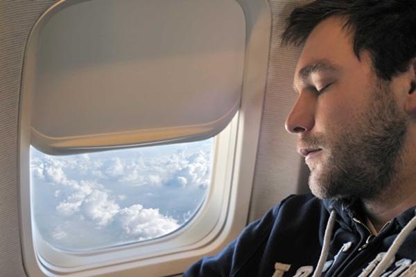 Những điều tuyệt đối không nên làm khi đi máy bay