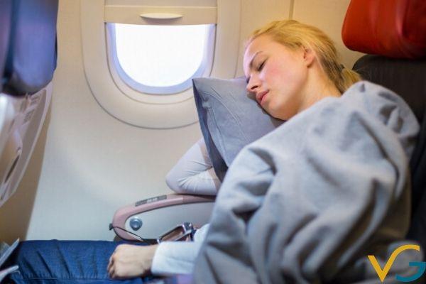 Vì sao máy bay luôn lạnh cóng ? Cách chống rét trên chuyến bay dài