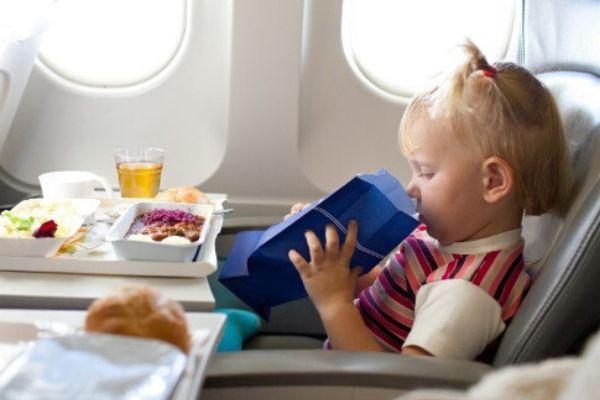 Vì sao đồ ăn trên máy bay luôn tạo cảm giác kém hấp dẫn hơn so với khi ở mặt đất